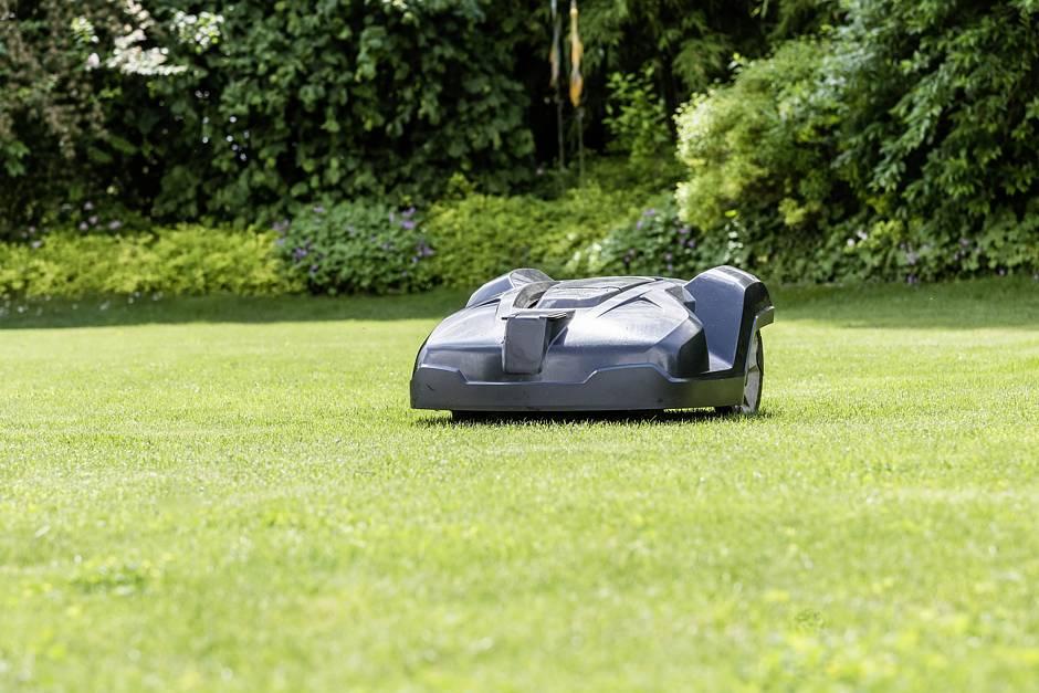 Foto: BGL. - Mähroboter arbeiten nahezu geräuschlos und ohne die typischen Rasenmäher-Abgase.
