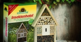txn. Sinnvolles Geschenk für die nächste Gartensaison: das Insektenhotel bietet vielen Nützlingen Unterschlupf, die dann Schädlinge im Garten bekämpfen. Das ökologisch empfehlenswerte Geschenk ist im Gartenfachhandel erhältlich. Foto: Neudorff/txn