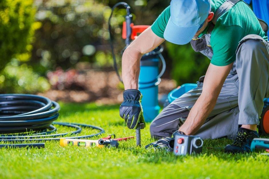 Verlegung einer automatischen Bewässerung Foto: welcomia / shutterstock.com