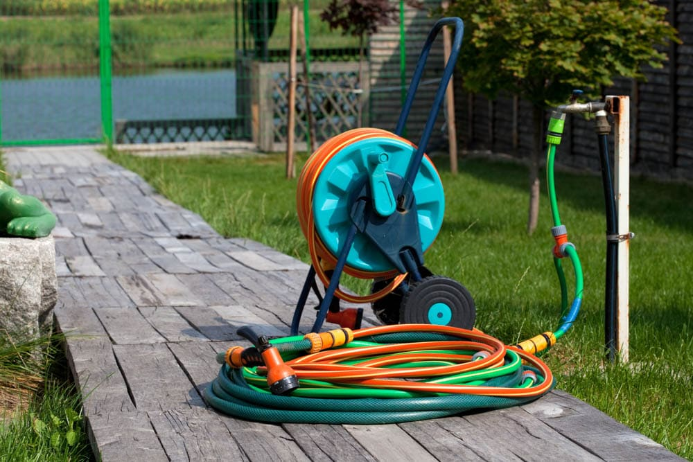 Ein Schlauchwagen erleichtert die Gartenbewässerung