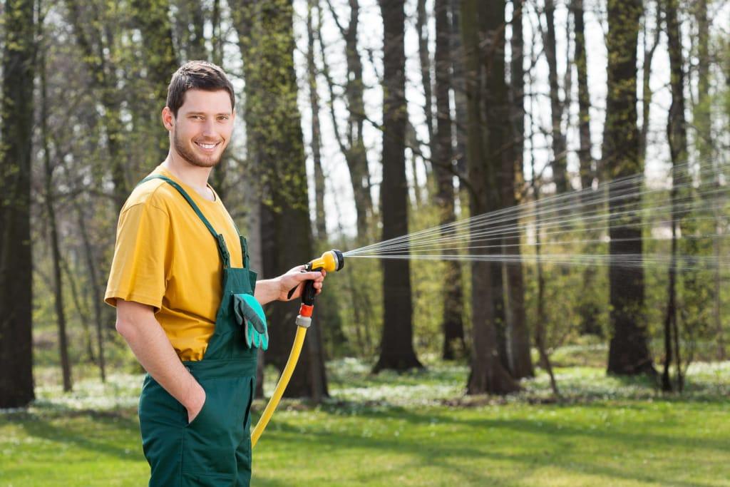 Gartenbewässerung mit Pistolenspritze