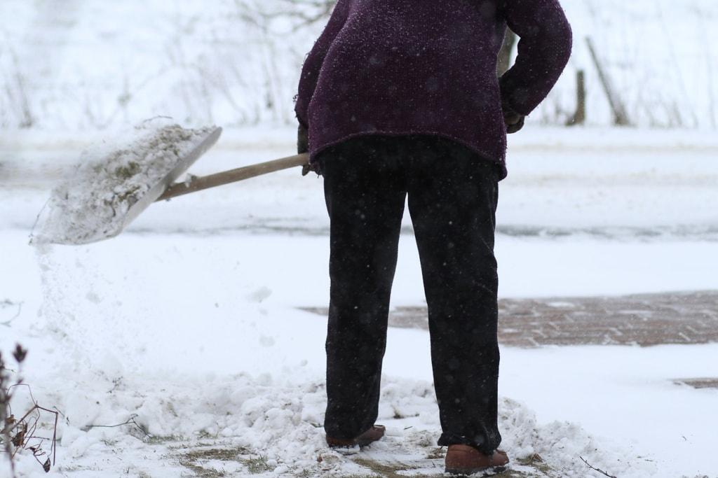 Bei Schnee sollten die Gartenwege beräumt werden